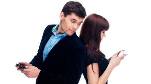 【恋愛事情】彼氏が自分の携帯を見るのはあり?それともなし?のサムネイル画像