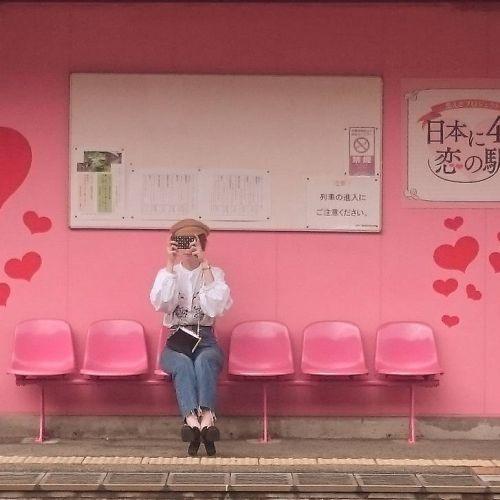恋がかなう駅⁉一面ピンクの《恋山形駅》がフォトジェすぎる♡のサムネイル画像