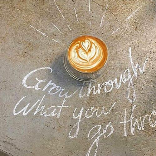 お花とラテアートにきゅん!癒しカフェ【essence cafe】のサムネイル画像