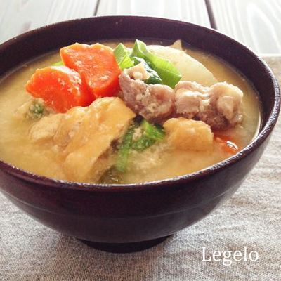お腹いっぱい!寒い冬こそ食べたくなる!具だくさんあったか粕汁レシピのサムネイル画像