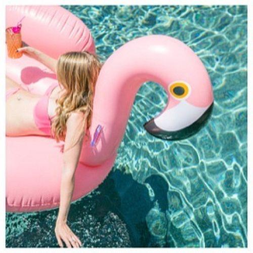 オシャレすぎて話題!海やプールを10倍楽しむ大人の浮き輪とは?のサムネイル画像