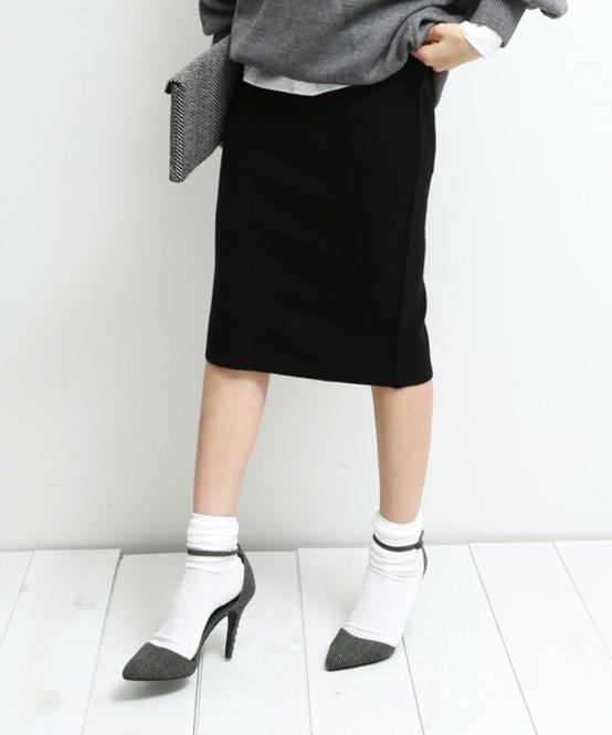 黒タイトスカートのコーデをご紹介!1枚あると着まわせて超便利!のサムネイル画像